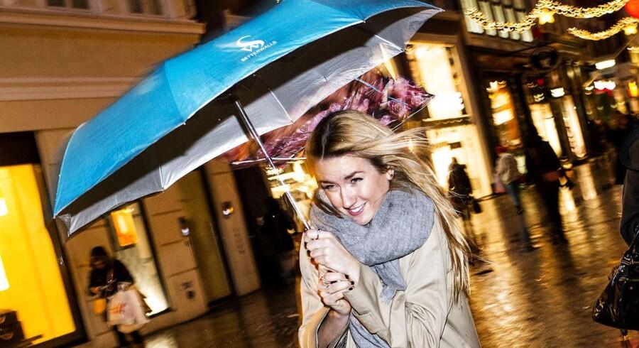Fredag har budt på regn, blæst og kulde, også på Strøget i København, hvor der blev juleshoppet. DMI udsendte stormvarsler flere steder i landet.