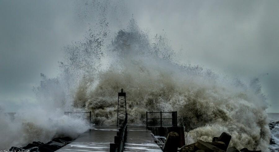Selver Kabiljagic har sendt dette billede: »Billedet blev taget i Vorupør kl 12.55, og der ses på billedet hvordan kæmpebølgen rammer enden af molen,« skriver han.