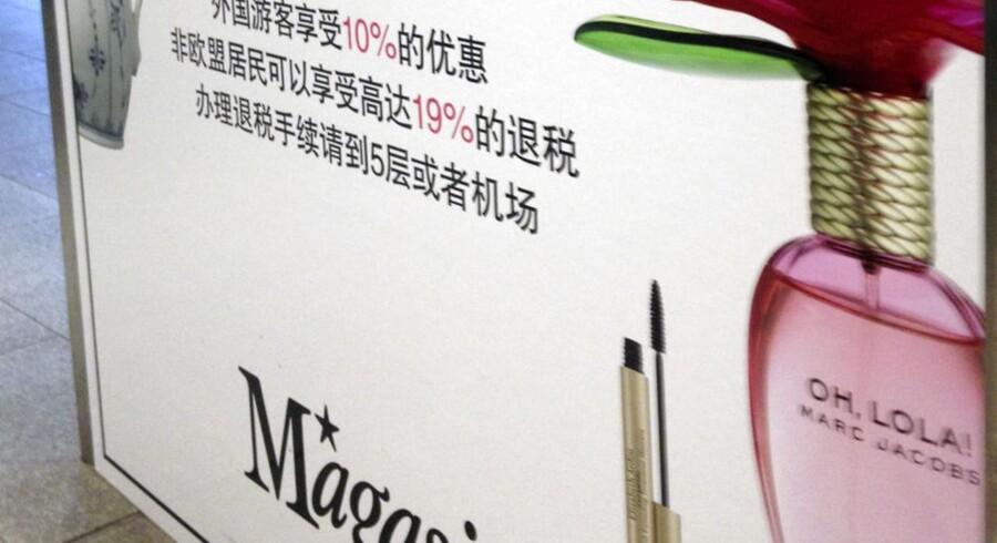Et skilt med kinesiske tegn møder gæsterne ved indgangen til Magasin ved Metro-stationen på Kgs. Nytorv.