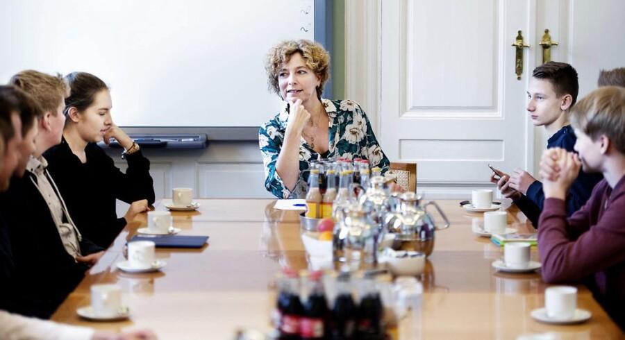 Arkivfoto fra Skolevalget 2015. Undervisningsminister Christine Antorini (S) samlet med en gruppe elever.