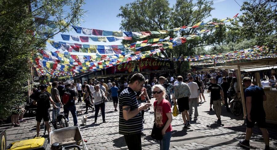 Arkivfoto: I flere uger har de farvede buddhistiske flag hængt tæt over Pusher Street til stor frustration for politiet, fordi de gør det vanskeligt at se genstande, der bliver kastet i luften. Men fredag morgen har christianitterne imødekommet politiet ved at fjerne flagene, fortæller Lars Ole Karlsen.