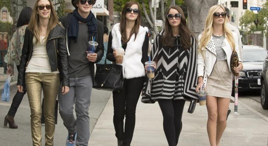 Taissa Farmiga, Israel Broussard, Emma Watson, Katie Chang og Claire Julien spiller de ubekymrede unge fra Hollywood, der bryder ind hos stjernerne for at stjæle mærkevarer.