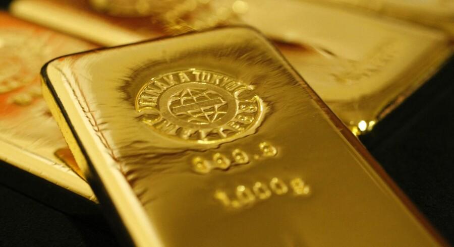 Mange peger på, at man skal til Cypern for at finde den udløsende faktor for nedsmeltningen. EU har beordret den kriseramte østat til at sælge ti ton af sine guldreserver for at holde landet økonomisk flydende. Ellers må man se langt efter nogen redningskrans fra fastlandet. Værsågod at gå til bunds.