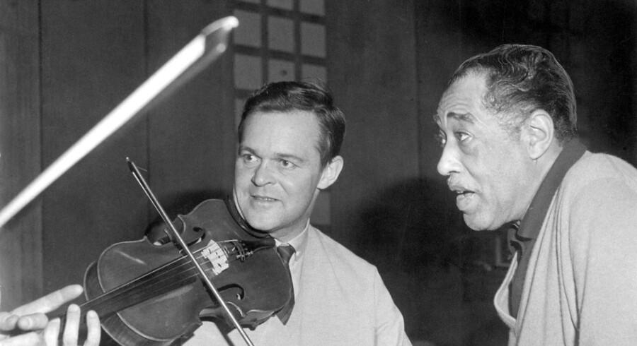 ARKIVFOTO. Jazzmusikeren og violinisten Svend Asmussen er død, oplyser hans familie. Han blev 100 år. Svend Asmussen og Duke Ellington. (Ca. 1963).. (Foto: Ukendt/Scanpix 2017)