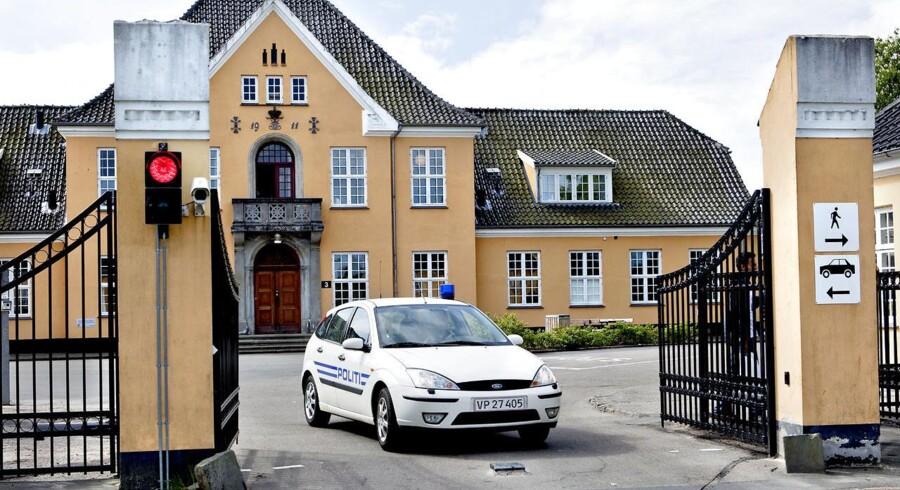 En politibil forlader asylcenter Sandholm.