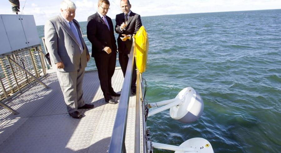 Tidligere minister ser på Wave Star Energys Bølgekraftmaskine tilbage i 2006. Foto: Henning Bagger