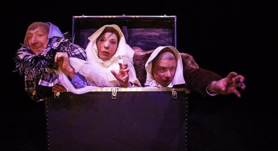 Shakespeare i klæd-ud-kassen: Nicolaj Kopernikus, Iben Hjejle og Anders W. Berthelsen som heksene i »Macbeth«. Foto: Natascha Thiara Rydvald