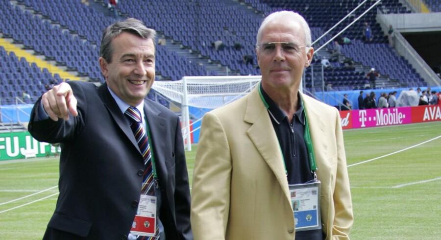 ARKIVFOTO: Formanden for Tysklands fodboldforbund, Wolfgang Niersbach (t.v.), og verdensstjernen Franz Beckenbauer udgør om nogen ansigtet på tysk fodbolds troværdighed. Men ifølge magasinet Spiegel er de begge syltet ind i en bestikkelsessag med forbindelse til det tyske VM-værtskab i 2006.