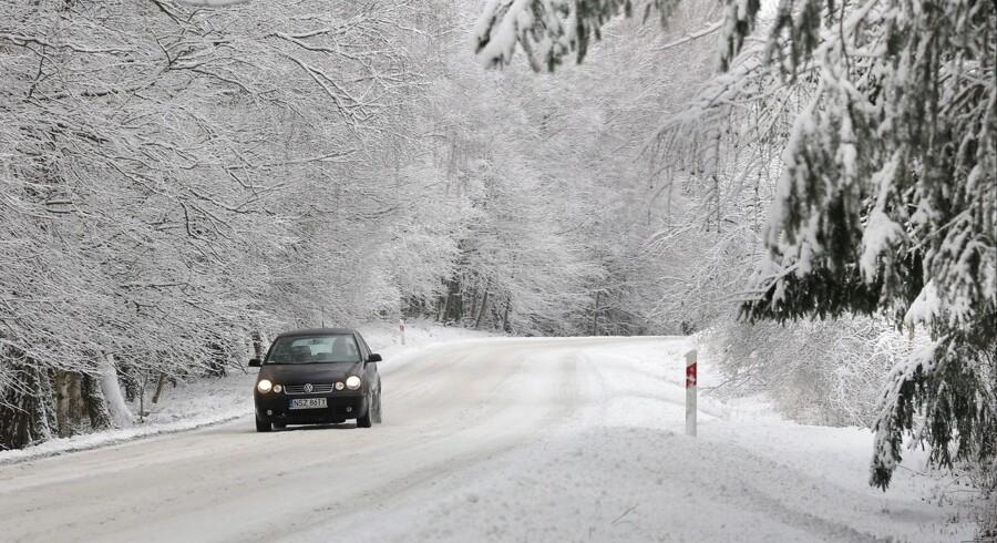 Arkivfoto: Volkswagen kører på snedækket vej.