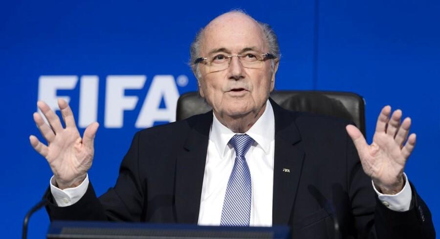 Sepp Blatter er kommet under pres fra FIFAs sponsorer for at gå af som FIFA-præsident.