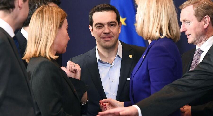 Den græske premierminister Alexis Tsipras (i midten) taler med EUs udenrigschef, Federica Mogherini (L), vores statsminister Helle Thorning-Schmidt (2-R) og den irske premierminister Enda Kenny (th) ved det uformelle topmøde i Bruxelles torsdag.