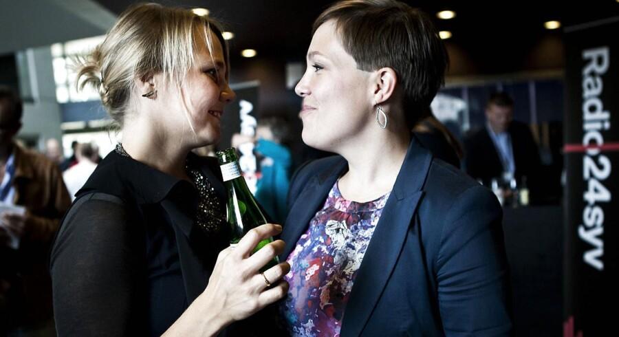 Sundhedsminister Astrid Krag (SF) (th) er en af de sidste SFere fra den såkaldte børnebande, der ikke har forladt partiet. Til venstre ses Emilie Turunen, der har forladt partiet.