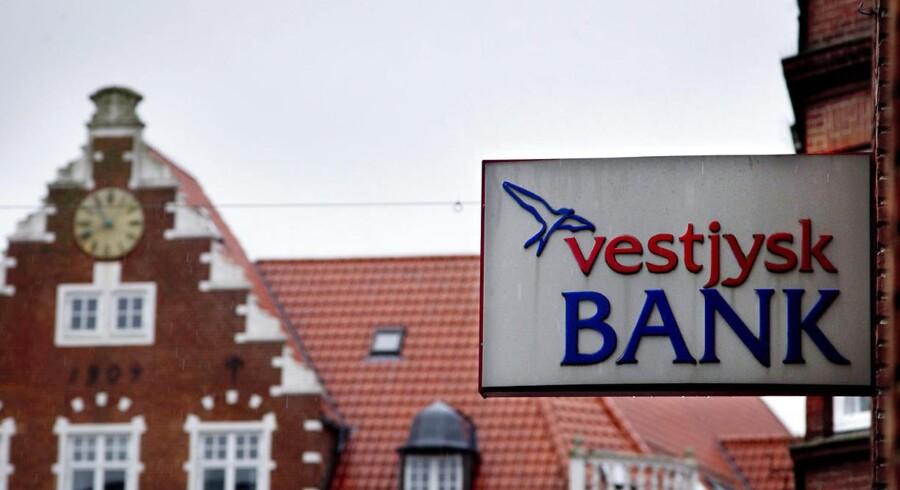 Vestjysk Bank kæmper for ikke at vælte i nedskrivninger. I 2012 landede banken på et minus på 1,15 milliarder kroner, da de satte det forventede resultat ned med ekstra 375 millioner kroner, skriver Børsen torsdag.