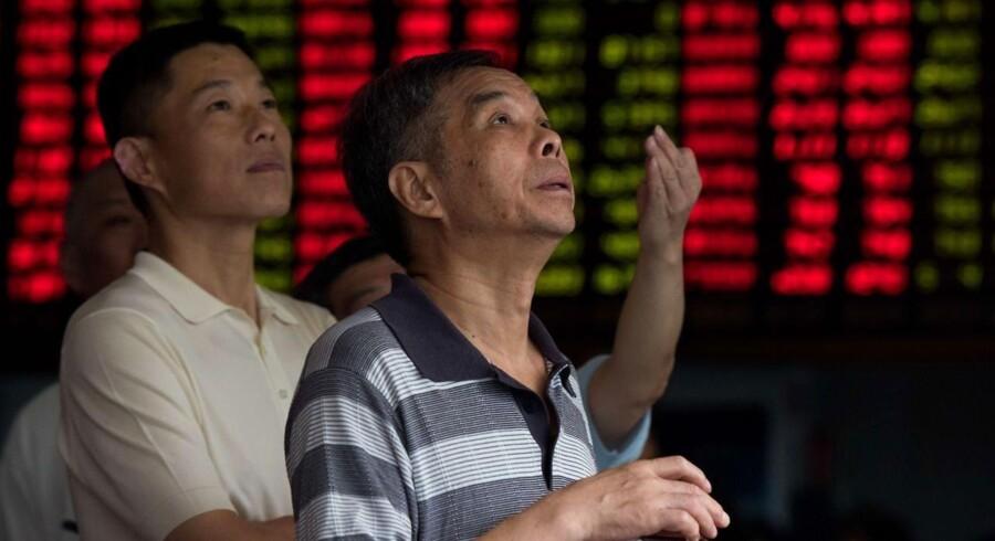 Kinesiske investorer følger udviklingen på finansmarkederne efter Kinas tredje devaluering på tre dage.