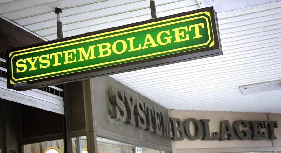 Den svenske kæde Systembolaget har monopol på slag af alkohol i butikker i Svergie. Men nu føler kæden sig truet af en dansk hjemmeside.
