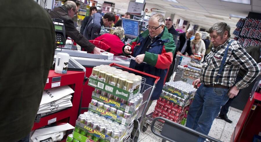 Der er som regel trængsel ved kasseapparatet i grænsebutikkerne i weekenden. Og det vil der også være, selvom afgifter på øl - og sodavand falder i Danmark, spår grænsebutikkerne.