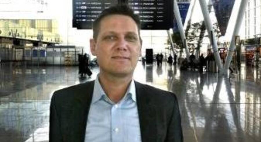Johan Fugmann, der lever af at sikre flypassagerer erstatning, når flyet er forsinket eller aflyst, skulle mandag hjem fra Polen, men hans fly blev aflyst. »Jeg blev seks timer forsinket på vej hjem med SAS. Og jeg blev ikke informeret om mine rettigheder - en klar overtrædelse af reglerne,« siger Johan Fugmann. Og i stedet for et billede, taget af Berlingskes ventende fotograf i Kastrup, blev det til dette mobilfoto fra Polen.
