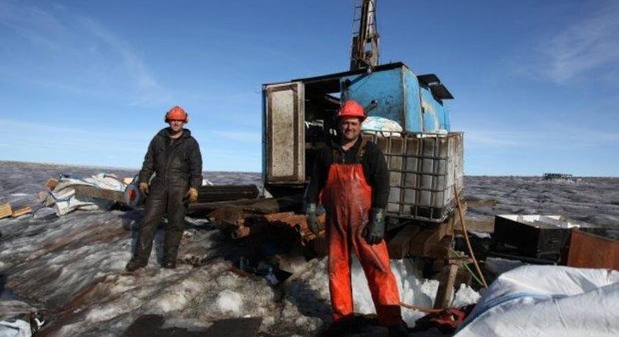 Britiske London Minings fremskredne planer om at anlægge en jernmine på Isua-bjerget kanten af indlandsisen, hænger i en tynd tråd.