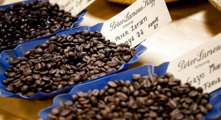 Priserne på kaffe har gennem flere år været faldende, og nu rammer de billige bønner endelig Danmark, hvor der årligt bliver drukket næsten tre milliarder kopper af den bitre drik.