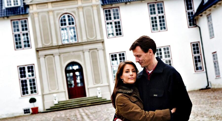 Prins Joachim ryddede i sidste uge forsiderne, da han bekendtgjorde, at han havde valgt at sælge Schackenborg Slot til en nyoprettet fond, som han og prinsesse Marie er blevet protektorer for. Salget af landmands-slottet har »høstet« en del negativ opmærksomhed - historikere kalder det brud med ældgammel tradition og meningsmålinger for Gallup viser, at prins Joachim nu ligger i bund i kongehusets popularitetsbarometer.