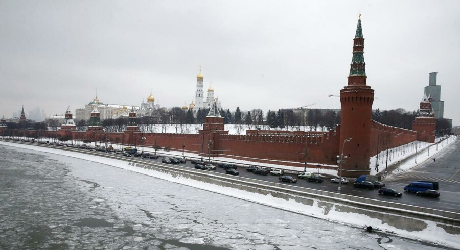 Vehicles travel along the embankment of the Moskva river past the Kremlin in the capital Moscow, January 27, 2015. Ratings agency S&P cut Russia's sovereign credit rating to junk status on Monday, bringing it below investment grade for the first time in a decade. REUTERS/Maxim Zmeyev (RUSSIA - Tags: CITYSCAPE BUSINESS TRANSPORT)