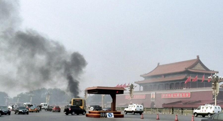 Fem personer blev dræbt, da jeepen kørte op over fortovet tæt ved indgangen til Den Forbudte By, fortsatte gennem en afspærring og derfra ind i en stor gruppe af turister, hvor den brød i brand.