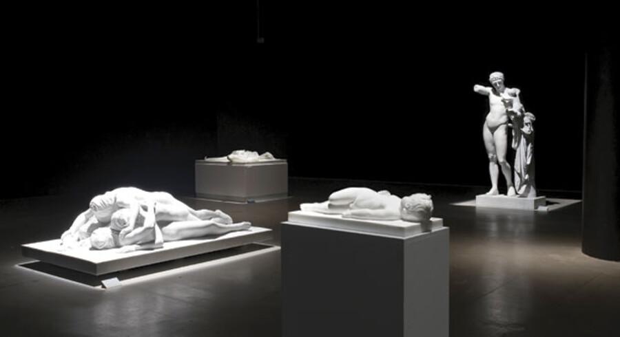 Udsnit af Christian Lemmerz' udstilling i Århus. Hovedvægten er denne gang lagt på hans marmorskulpturer, der lyser op i den mørklagte sal og ligesom spøgelser på en kirkegård vender tilbage for at fortælle deres frygtelige historier. At mødes med hans skulpturer er som en udflugt med døden og en rejse til mørkets hjerte. Stort set enhver form for håb lades ude.
