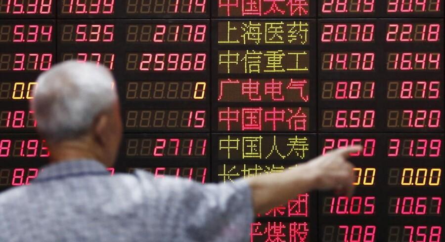"""Helt slemt var det fredag, da aktiekurserne på børserne i Shanghai og Shenzen faldt med næsten seks pct. efter, at det kom frem, at de kinesiske myndigheder har indledt en undersøgelse af """"markedsmanipulation""""."""
