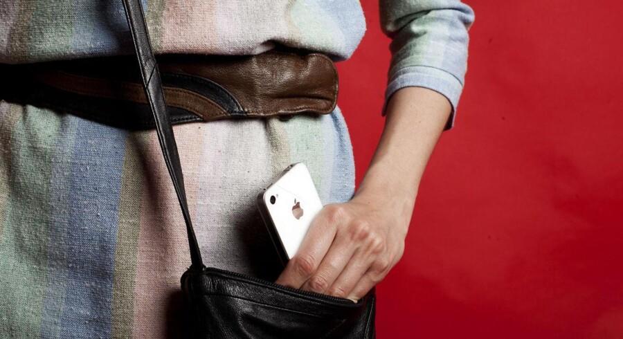 Godt hver sjette opbevarer deres mobiltelefon sammen med penge, kreditkort og identifikationskort som for eksempel det gule sundhedskort med oplysninger om navn og adresse.