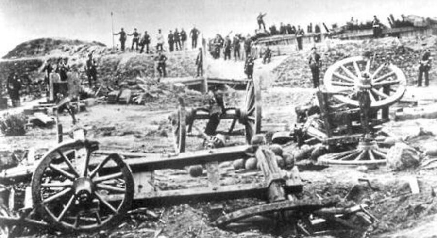 Fra Anden Slesvigske Krig i 1864 findes nogle af verdens første krigsfotografier taget af en tysk fortograf ved ksanse seks, dagen efter stormen på Dybbøl 18. april 1864.