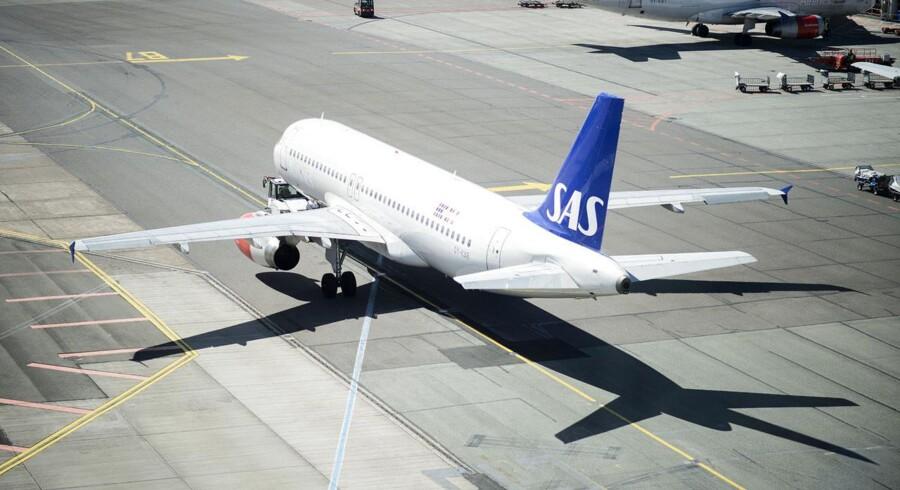 Et SAS fly på vej fra gaten til landingsbanen.