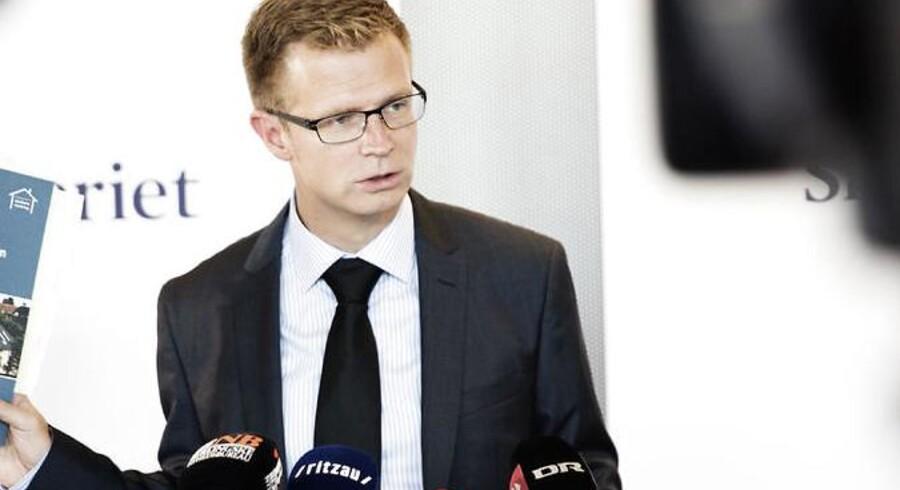 Skatteminister Benny Engelbrecht vil sætte en advokat til yderligere at undersøge vildledelsen af Folketingets Ombudsmand.