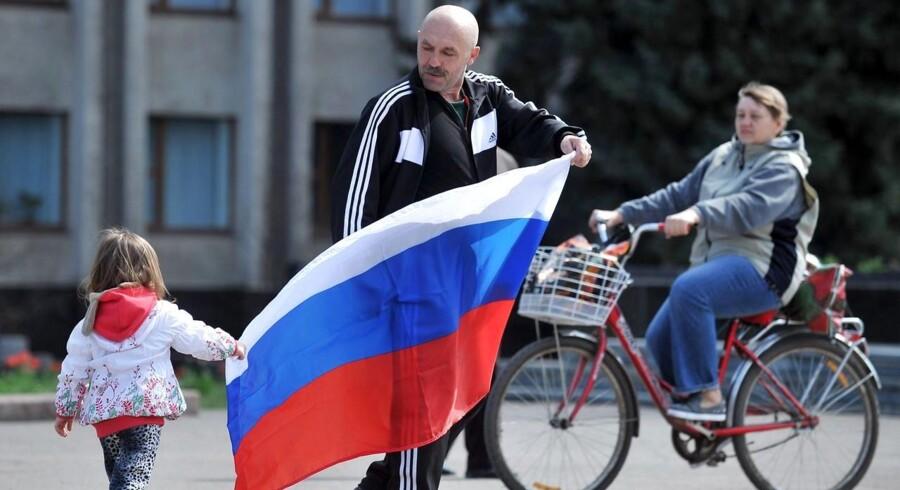 Prorussiske ukrainere vifter med et russisk flag.