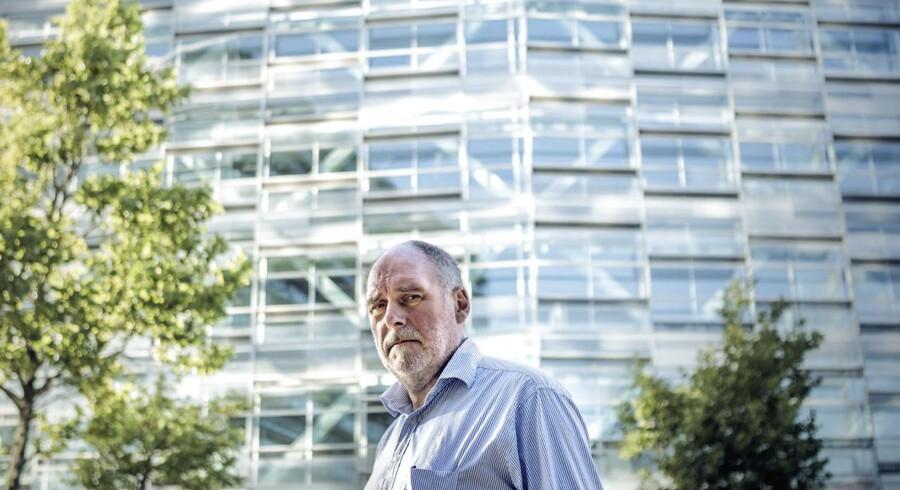 Lasse Larsen kæmper en kamp mod Nykredit. Som han mener, er bankverdens svar på rockere.Han er tidligere formand for en af landets største andelsboligforeninger, AB Duegaarden, og mener, at de store advokatkontorer bruger habilitetsreglerne som dække for at slippe af med klienter, der risikerer at irritere deres store kunder: