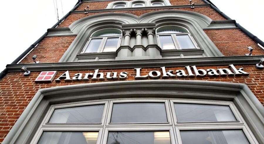 Bagmandspolitiet vil ikke acceptere, at Aarhus Lokalbank har handlet med egne aktier og tiltaler nu den jyske bank for kursmanipulation.