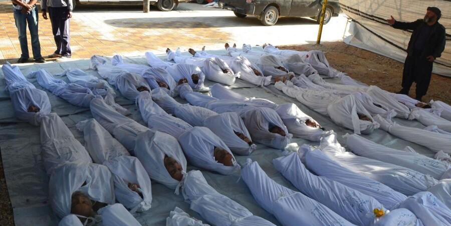 Slægtninge sørger over et barn, der blev dræbt i det formodede giftgasangreb i en forstad til Damaskus.