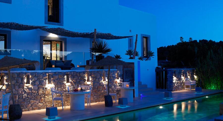 Parret har bevaret den hvide fincas autentiske udtryk, mens der er leget med lys og indretning i haven og på terrasserne.