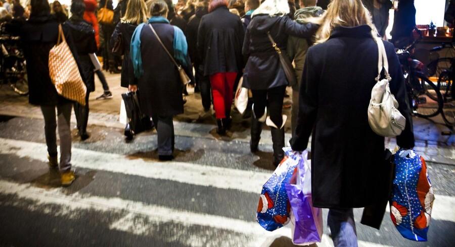 Det er dyrere for danskerne at købe julegaverne i år, for priserne stiger mere end lønningerne.