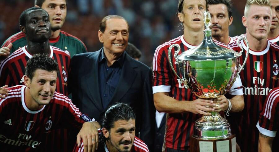 Tidligere premiereminister Silvio Berlusconi overvejer nu at sælge sin højt elskede fodboldklub AC Milan.