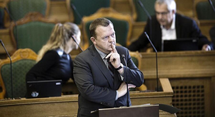 Lars Løkke Rasmussen (V) var på talerstolen i Folketingets spørgetime i går for at stille kritiske spørgsmål til statsministeren. Samtidig voksede bunken med ubesvarede spørgsmål i hans egen GGGI-sag støt, som den har gjort det de seneste uger. Berlingske kan i dag afsløre, at den tidligere statsminister har været meget sendrægtig med at give oplysninger om sin løn til myndighederne.
