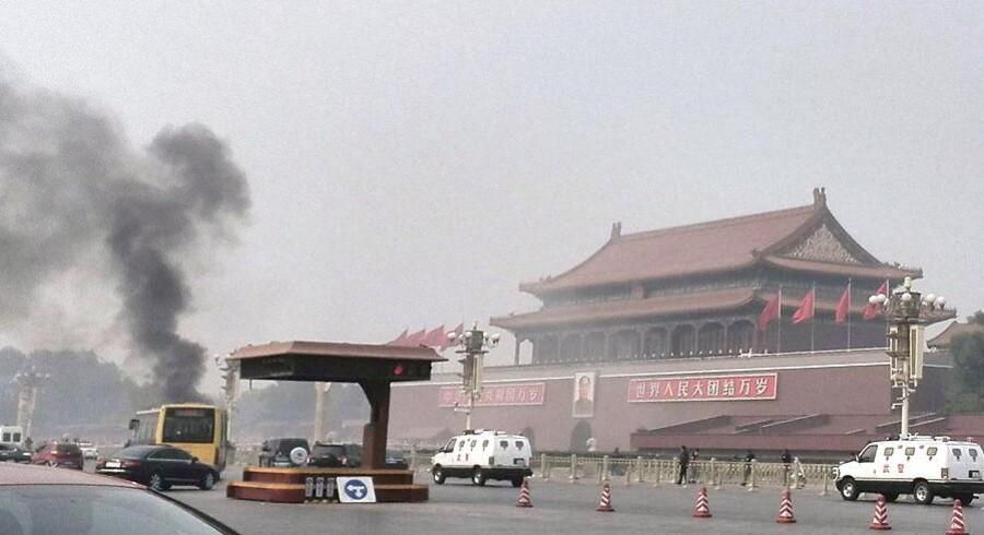 Den Himmelske Fredsplads foran Den forbudte By i Beijing umiddelbart efter en bil pløjede sing ind i menneskemængden hvor den brød i brand.
