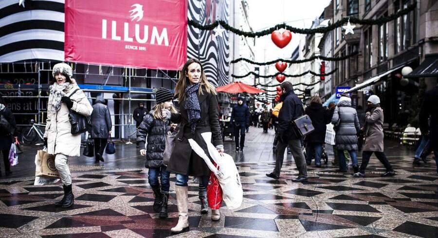 Der er juletravlt på Strøget i København, hvor danskerne svinger poserne i takt med dankortet.