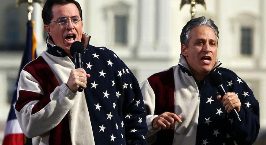 Komikeren Steven Colbert har været med til at få Pizza Hut på andre tanker. Her ses han sammen med sin kollega Jon Steward (th.) ved en tidligere happening i Washington DC.