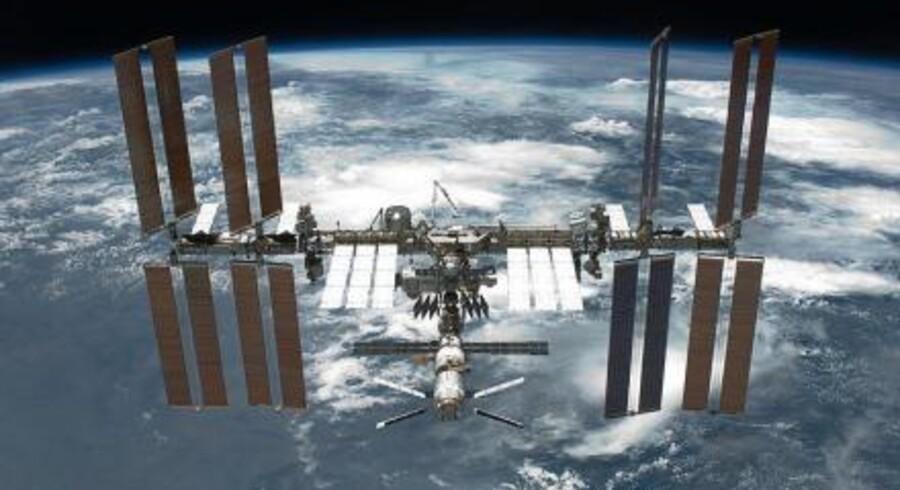 370 kilometer ude i rummet er den internationale rumstation ISS i kredsløb om Jorden. På ydersiden sidder en af de mest sofistikerede partikeldetektorer, AMS-02, der opfanger antipartikler i jagten på mørkt stof.
