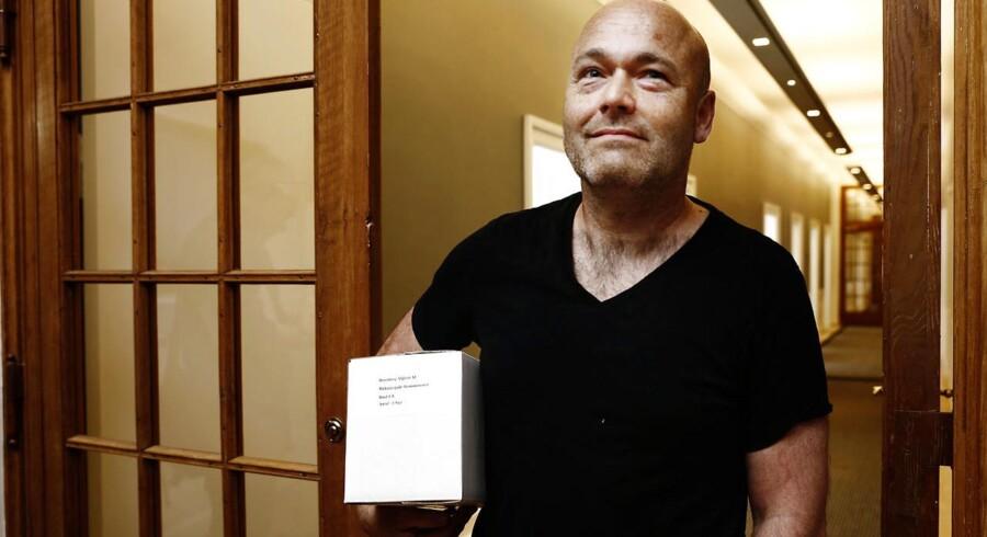 Forfatter Peter Øvig Knudsen var i går blandt de fremmødte i Justitsministeriet, som hentede et eksemplar af Blekingegadekommissionens beretning. I dag kritiserer han arbejdet.