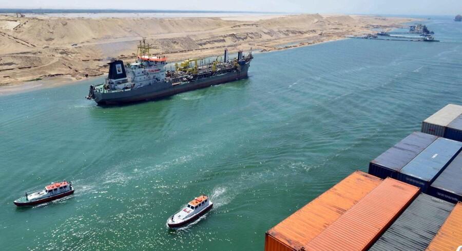 Projektet med at grave kanalen har ifølge de officielle tal kostet 30 mia. egyptiske pund (ca. 26 mia. kroner). Det er også et tal, som Kamaly mener, er lidt luftigt. Blandt andet fordi udvidelsen er hastet igennem, og projektet er gennemført på et år.