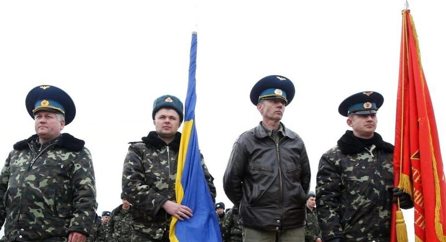 Søndag blev de ukrainske soldater smidt ud fra Belbek-basen, men i går marcherede de tilbage med sang og mødte de russiske soldater, som smed dem ud.