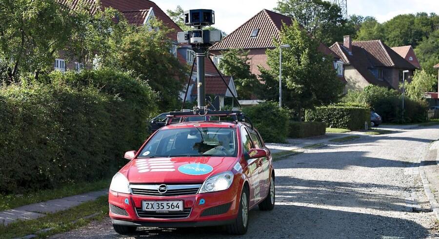 Googles Street View-bilerne har kameraret højt nok placeret til, at de kan kigge over hækken - her i Aalborg i 2010.