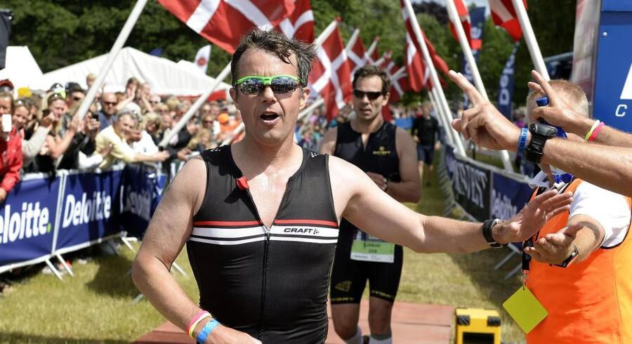 Danmarks kronprins har gjort det igen. Med nummer 272 på maven kom han kort før klokken 12 i mål i tiden 5 timer og 2 minutter efter at have gennemført Deloitte Øresund Triathlon. Bag ham lå 1.900 meter svømning i vandet ud for Charlottenlund Fort samt 90 km cykling og 21.1 km løb på Strandvejen.