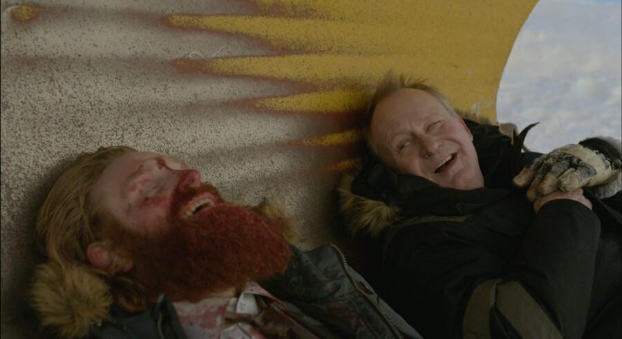 Stellan Skarsgård (til højre) tager sig en slapper, inden han gør det af med endnu en bandit (spillet af Kristofer Hivjo). Foto fra filmen »Kraftidioten«.